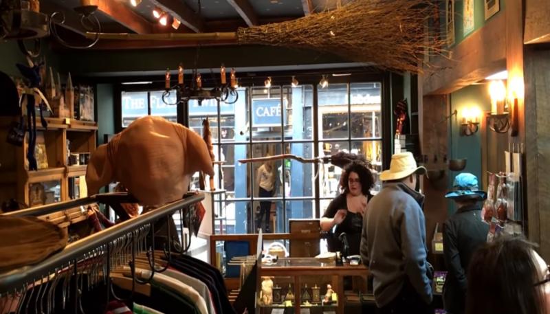 magasin avec visiteurs